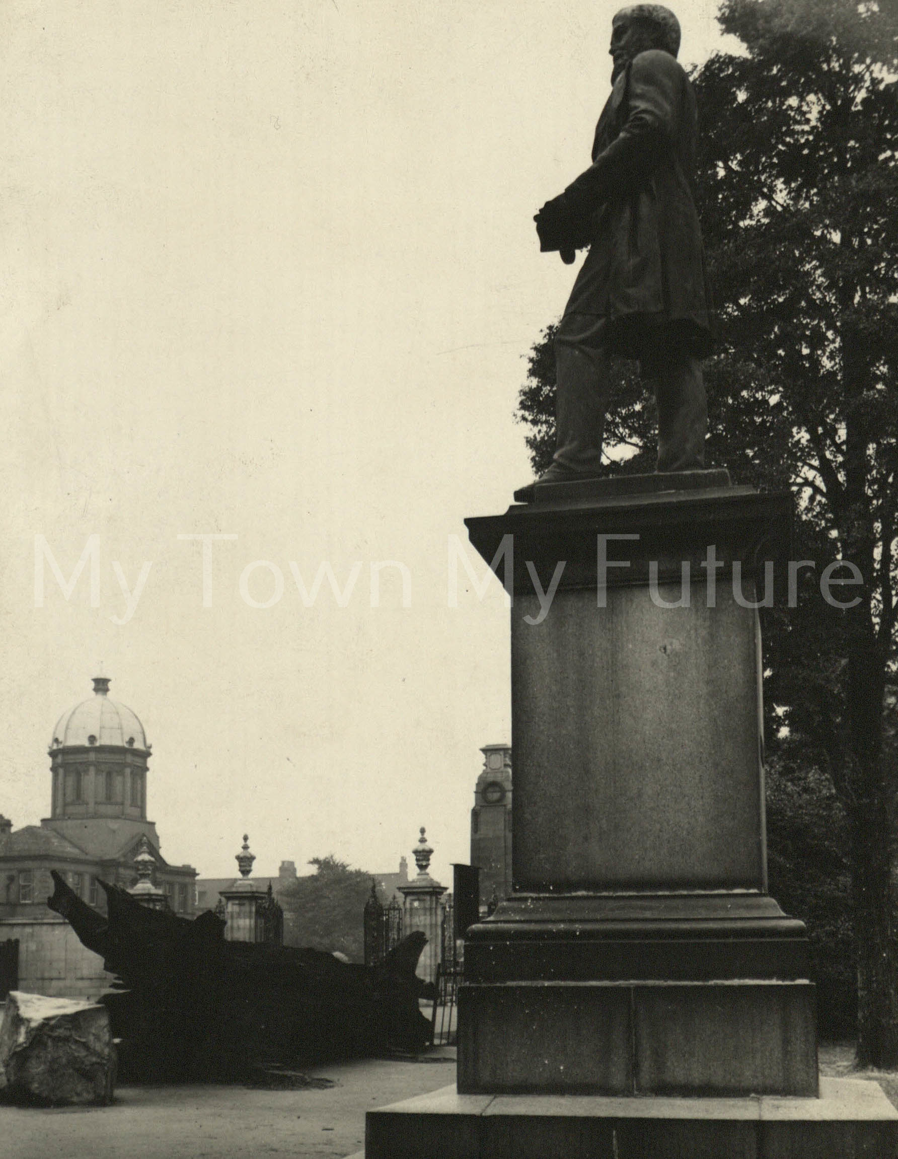 Albert Park - View of Bolckow Statue and Park Gates, 1937 - Dorman Museum on the left - Brighams Phorgraphers, 75 Albert Road, Middlesbrough