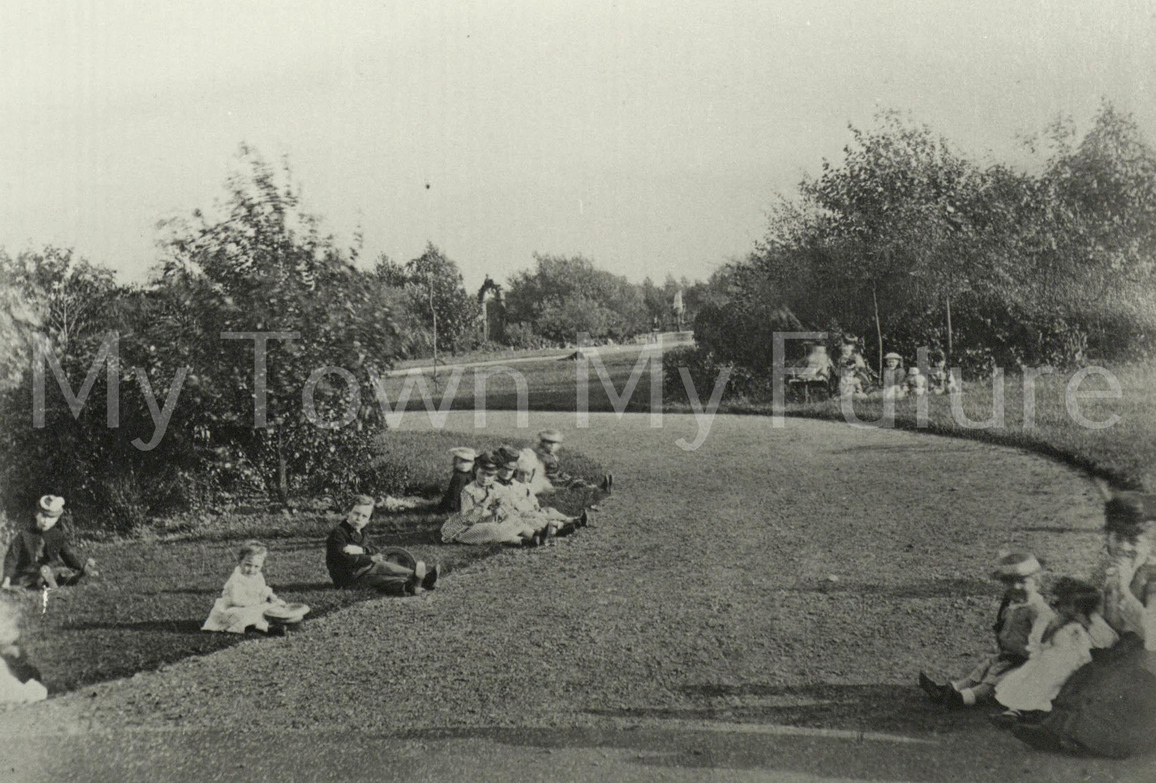 Albert Park - Children sitting