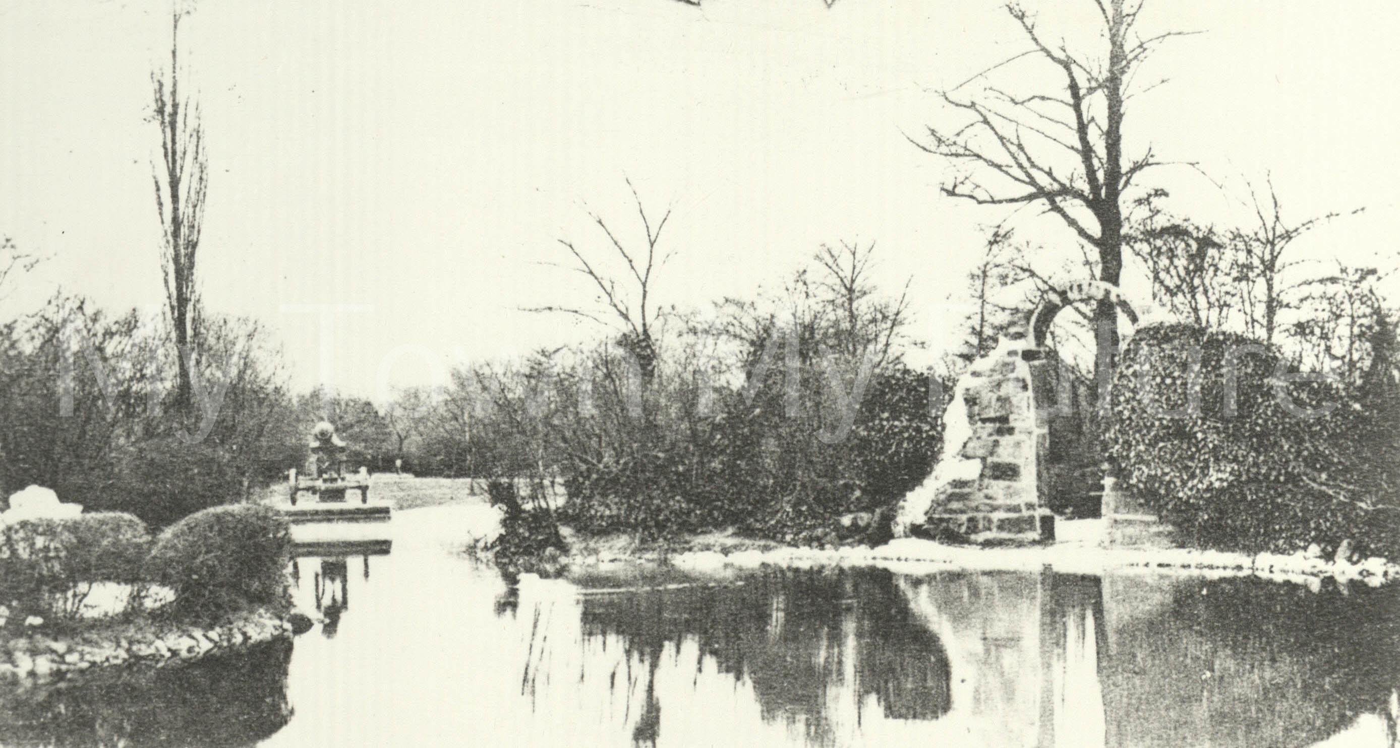 Albert Park - Cannon Lake - Sebastopol Cannon and Priory Arch, 1904